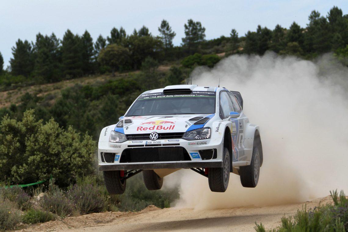 SÉBASTIEN OGIER GEWINNT IM VW POLO WRC AUF SARDINIEN