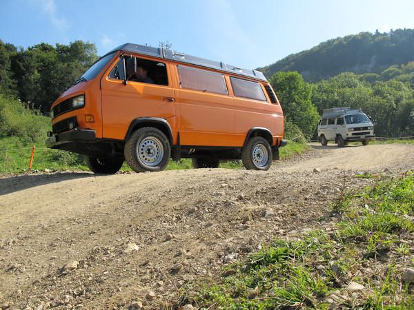 VW Bus T3 Syncro orange im Einsatz
