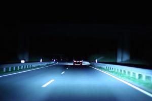 Foto © BMW Ist der Fernlicht-Assistent eingeschaltet, blendet das Auto je nach Verkehrssituation selbstständig ab und wieder auf, die aufwendigeren Systeme blenden wie hier den Vordermann aus, drumherum bleibt es aber hell