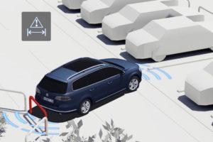 Foto © VW Beim aufwendigsten Einpark-Assistenten muss der Fahrer nur noch bremsen und Gas geben