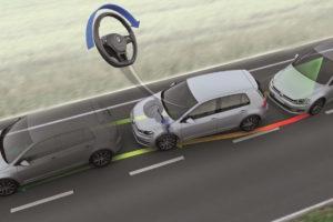 Foto © VW Eine Kamera erkennt die Fahrbahnmarkierungen, kommt das Auto ihnen zu nahe oder überschreitet sie ohne zu blinken, warnt das System zum Beispiel durch Vibrationen im Lenkrad oder auch akustisch. nt, der in solchen Situationen eingreift und sanft gegenlenkt, so dass das Auto in der Spur bleibt.