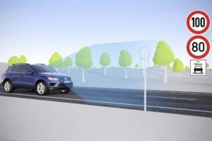 Foto © VW Über die Kamera erkennt das System Verkehrszeichen – Tempolimits, aber auch Überholverbote oder ähnliches - und zeigt sie dem Fahrer im Display an
