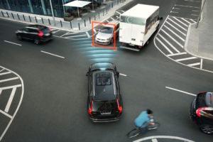 Foto © Volvo Ein System, das speziell auf Kreuzungen reagiert hat der neue Volvo XC90 im Programm: Sein Notbrems-Assistent reagiert, wenn der Fahrer beim Abbiegen in den Gegenverkehr zu steuern droht
