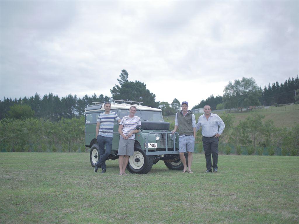 Land Rover macht vier Defender-Liebhabern unerwartetes Geschenk