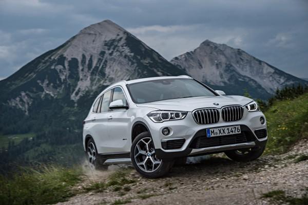 Nach sechs Jahren erscheint nun die 2. Generation des BMW X1. Neu beim kleinsten bayerischen SUV ist nicht nur das Frontantriebskonzept, das mehr Platz für Insassen und Gepäck bedeutet. Auch optisch drängt er in die nächsthöhere Klasse.