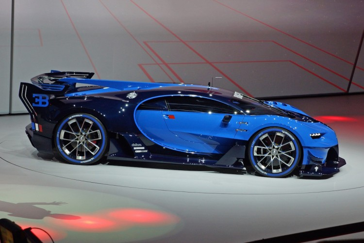 Bugatti gibt auf der IAA mit dem Vision Gran Tourismo einen Ausblick auf seinen kommenden Supersportler, der wohl auf den Namen Chiron hört und noch schneller sein soll als der Veyron.