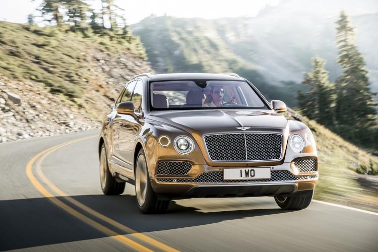 4x4Schweiz News: Bentley Bentayga fährt auf einer Bergstrasse