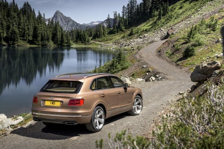 4x4Schweiz News: Bentley Bentayga auf dem Feldweg neben einem See