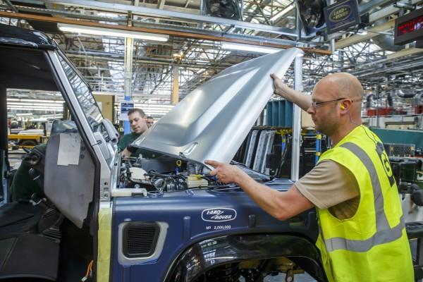 4x4Schweiz-Report: Landrover Defender Motorhaube wird montiert