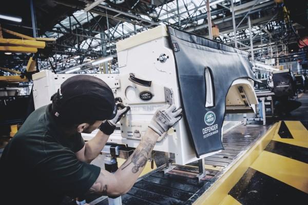 4x4Schweiz-Report: Landrover Defender Modellname wird angebracht