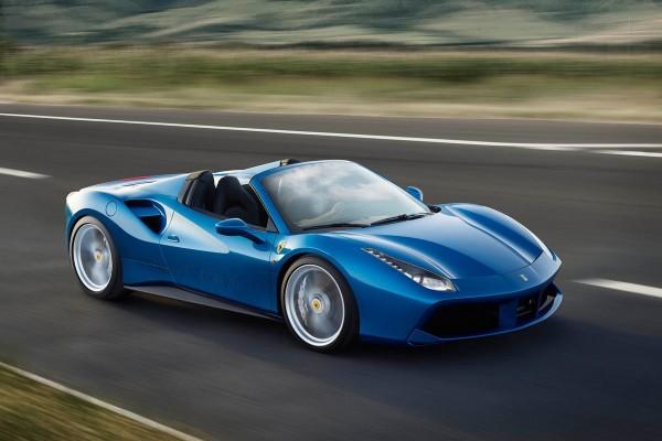 Der Ferrari 488 Spider mit V8-Mittelmotor und 670 PS verfügt neu über ein Hardtop statt Stoffdach, was das Gewicht um 25 Kilo reduzierte.