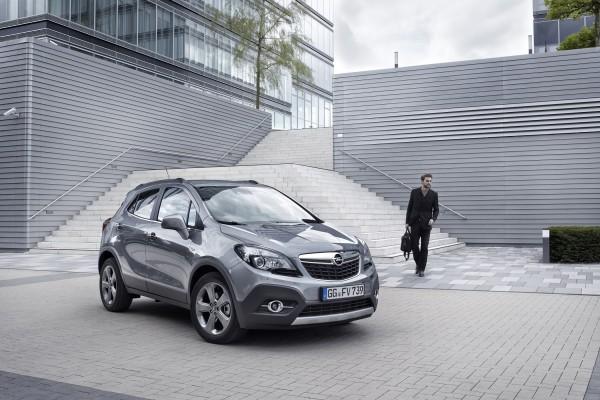 4x4Schweiz-Testbericht: Opel Mokka vor Gebäude