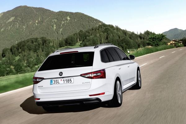 Zum ersten Mal ist der in der Schweiz besonders begehrte Octavia RS mit Allradantrieb erhältlich. Der mit einem 184 PS starken Turbodieselmotor bestückte Octavia RS 4x4 TDI wird damit zur perfekten Synthese aus Kraft, Sportlichkeit und Alltagsnutzen. Insbesondere in Kombination mit dem automatischen Sechsgang-DSG-Getriebe deckt der Octavia RS 4x4 ein grosses Kundenbedürfnis ab. Daneben präsentiert ŠKODA den neuen Superb Combi und den Superb Limousine. Das bereits überdurchschnittliche Raumangebot wurde nochmals verbessert und beschert dem neuen Superb zudem den grössten Kofferraum seiner Klasse (625 bzw. 1760 Liter bei der Limousine und 660 bzw. 1950 Liter beim Combi).