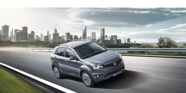 Unter der Haube des SUV-Crossover Korando Modelljahr 2016 schlägt ein neues Herz. Die zwei neuen Antriebe nach Euro-6-Norm sind ein 2,2-Liter-Diesel- (178 PS / 400 Nm) oder 2,0-Liter-Benzinmotor. Jeweils kombinierbar mit einem 6-Gang-Schalt- oder Automatikgetriebe, das schnelle Gangwechsel und eine verbesserte Laufkultur garantiert.