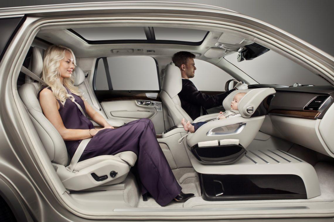 Volvo Kindersitz Studie, der Kindersitz steht auf einer Konsole anstelle des Beifahrersitzes