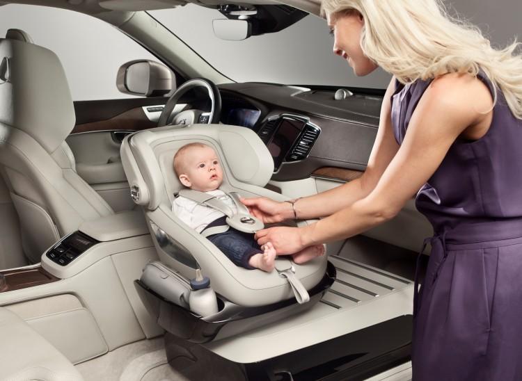 Volvo Kindersitz Studie, der Kindersitz steht auf einer Konsole anstelle des Beifahrersitzes und kann bequem nach aussen gedreht werden