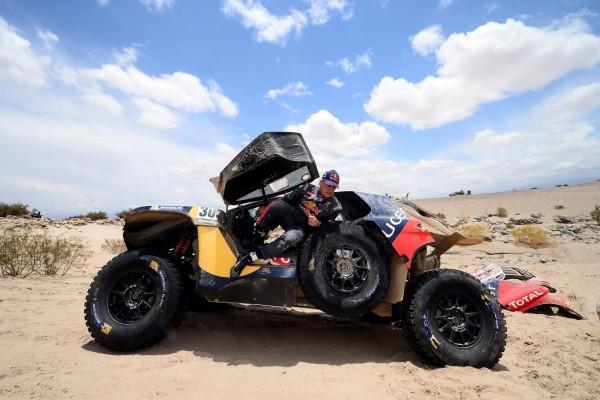 Die Dakar und Ihre Opfer: Sainz und sein 2008 DKR Bei der diesjährigen Dakar war die Ausfallquote von 40% so gering wie selten, aber auch Stars und Ex-Champs erwischte es. Carlos Sainz (ESP) - gerade noch Führender - setzt seinen Peugeot ungünstig auf einen Felsbrocken, ein elementares Teil bricht und der Traum vom 2. Dakarsieg platzt in Sekunden.