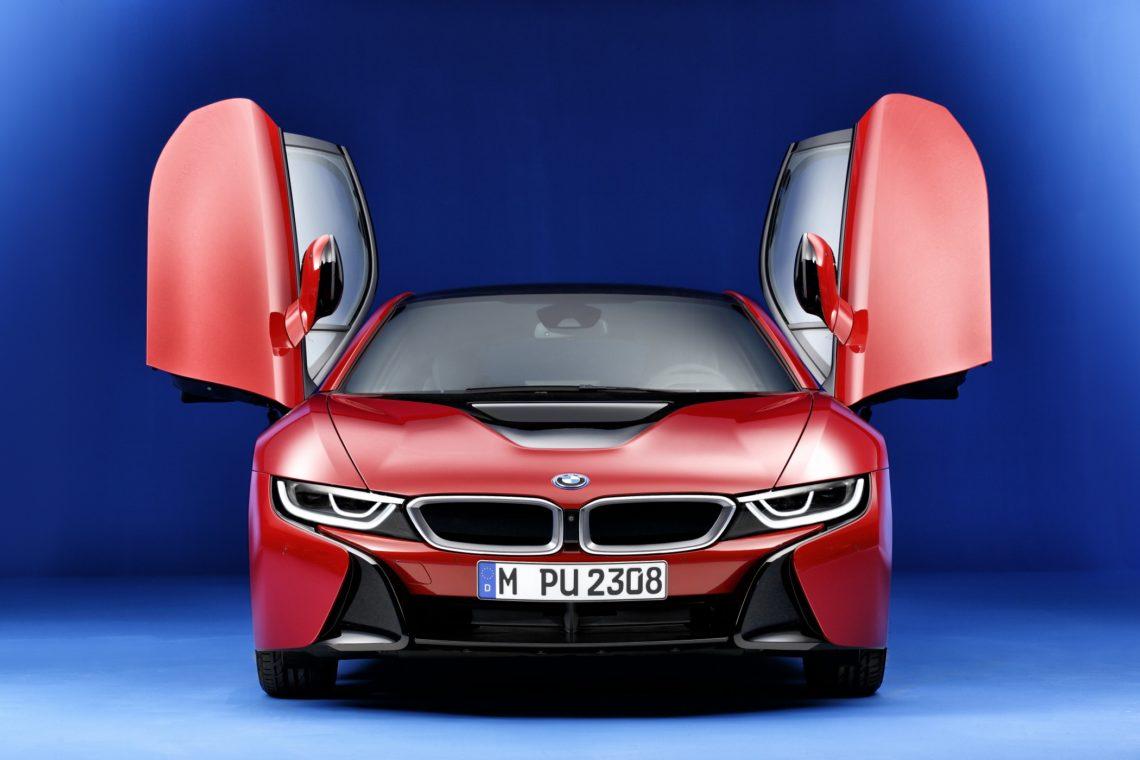 BMW i8 Protonic Red Edition Frontansicht mit geöffneten Flügeltüren