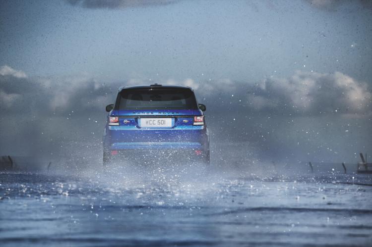 4x4Schweiz-Fahrbericht: Der Range Rover Sport SVR ist der stärkste und schnellste Land Rover aller Zeiten. 550 PS, 680 Nm stark und 260 km/h schnell. Watttiefe und Böschungswinkel sind unverändert, prahlen die Ingenieure: Auch als Sportler bleibe ein Land Rover schliesslich zu allererst einmal en Geländewagen.Range Rover Sport SVR auf der Rennstrecke im Regen von hinten
