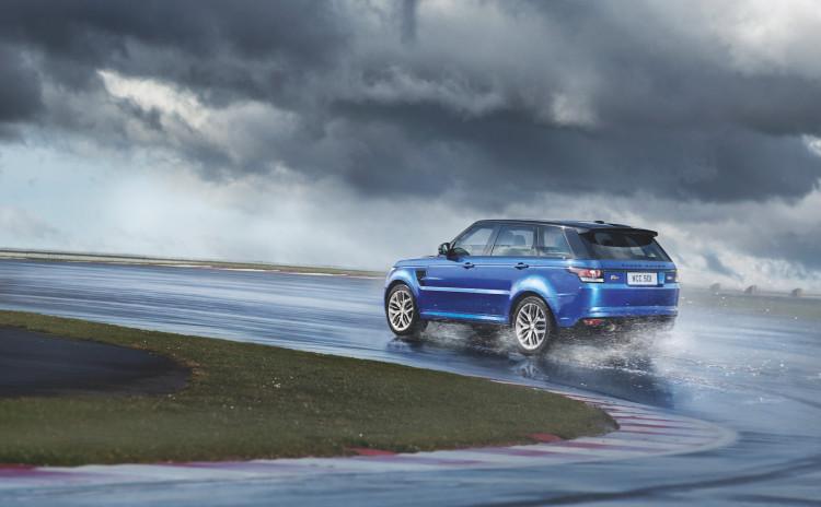 4x4Schweiz-Fahrbericht: Der Range Rover Sport SVR ist der stärkste und schnellste Land Rover aller Zeiten. 550 PS, 680 Nm stark und 260 km/h schnell. Watttiefe und Böschungswinkel sind unverändert, prahlen die Ingenieure: Auch als Sportler bleibe ein Land Rover schliesslich zu allererst einmal en Geländewagen. Range Rover Sport SVR auf der Rennstrecke im Regen