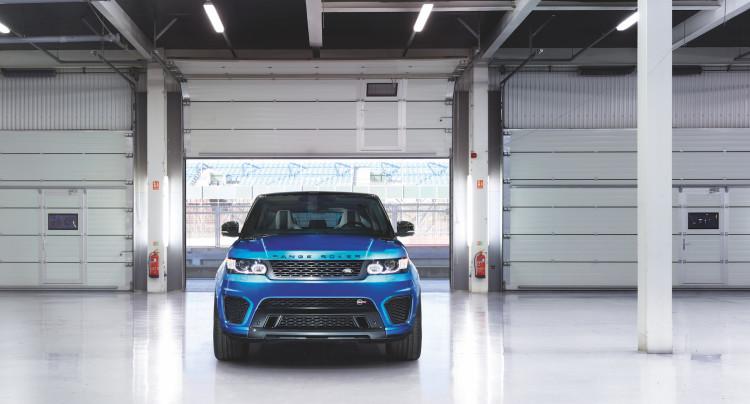 4x4Schweiz-Fahrbericht: Der Range Rover Sport SVR ist der stärkste und schnellste Land Rover aller Zeiten. 550 PS, 680 Nm stark und 260 km/h schnell. Watttiefe und Böschungswinkel sind unverändert, prahlen die Ingenieure: Auch als Sportler bleibe ein Land Rover schliesslich zu allererst einmal en Geländewagen. Range Rover Sport SVR Front, Frontansicht in Halle