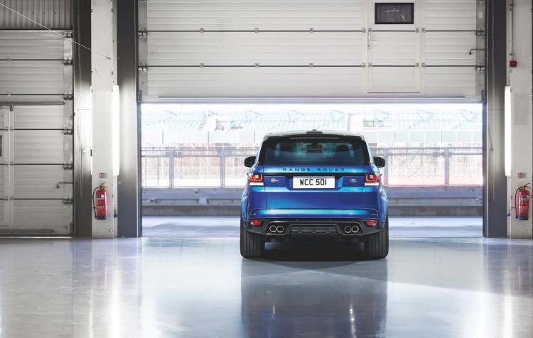 4x4Schweiz-Fahrbericht: Der Range Rover Sport SVR ist der stärkste und schnellste Land Rover aller Zeiten. 550 PS, 680 Nm stark und 260 km/h schnell. Watttiefe und Böschungswinkel sind unverändert, prahlen die Ingenieure: Auch als Sportler bleibe ein Land Rover schliesslich zu allererst einmal en Geländewagen. Range Rover Sport SVR Heck, Heckansicht in Halle