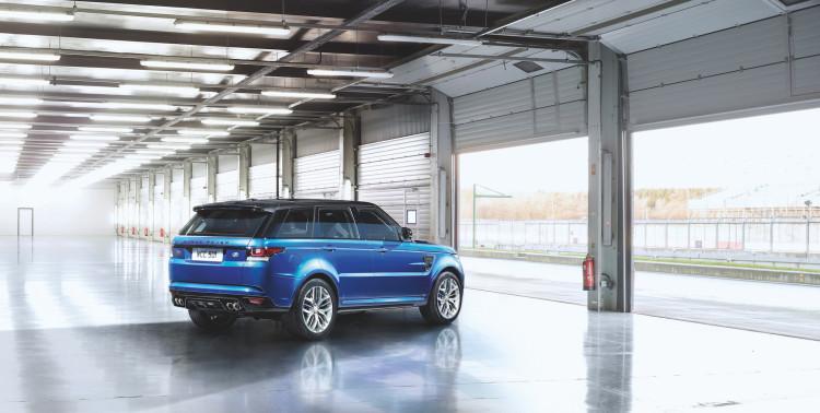 4x4Schweiz-Fahrbericht: Der Range Rover Sport SVR ist der stärkste und schnellste Land Rover aller Zeiten. 550 PS, 680 Nm stark und 260 km/h schnell. Watttiefe und Böschungswinkel sind unverändert, prahlen die Ingenieure: Auch als Sportler bleibe ein Land Rover schliesslich zu allererst einmal en Geländewagen. Seitenansicht in Halle