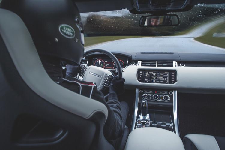 4x4Schweiz-Fahrbericht: Der Range Rover Sport SVR ist der stärkste und schnellste Land Rover aller Zeiten. 550 PS, 680 Nm stark und 260 km/h schnell. Watttiefe und Böschungswinkel sind unverändert, prahlen die Ingenieure: Auch als Sportler bleibe ein Land Rover schliesslich zu allererst einmal en Geländewagen. Range Rover Sport SVR mit Rennfahrer auf Rennstrecke