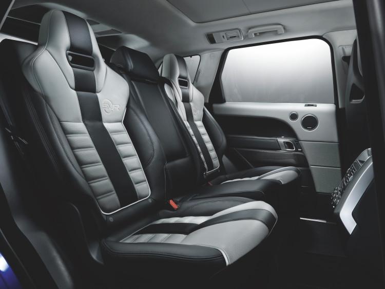 4x4Schweiz-Fahrbericht: Der Range Rover Sport SVR ist der stärkste und schnellste Land Rover aller Zeiten. 550 PS, 680 Nm stark und 260 km/h schnell. Watttiefe und Böschungswinkel sind unverändert, prahlen die Ingenieure: Auch als Sportler bleibe ein Land Rover schliesslich zu allererst einmal en Geländewagen.Range Rover Sport SVR Rücksitze, Fond