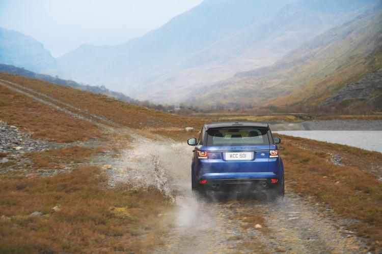4x4Schweiz-Fahrbericht: Der Range Rover Sport SVR ist der stärkste und schnellste Land Rover aller Zeiten. 550 PS, 680 Nm stark und 260 km/h schnell. Watttiefe und Böschungswinkel sind unverändert, prahlen die Ingenieure: Auch als Sportler bleibe ein Land Rover schliesslich zu allererst einmal en Geländewagen.Range Rover Sport SVR auf Schottenpiste