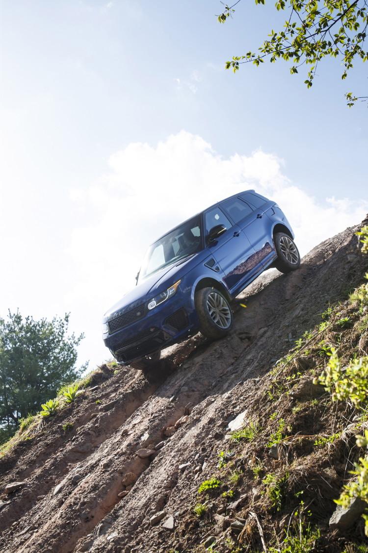 4x4Schweiz-Fahrbericht: Der Range Rover Sport SVR ist der stärkste und schnellste Land Rover aller Zeiten. 550 PS, 680 Nm stark und 260 km/h schnell. Watttiefe und Böschungswinkel sind unverändert, prahlen die Ingenieure: Auch als Sportler bleibe ein Land Rover schliesslich zu allererst einmal en Geländewagen. Range Rover Sport SVR im Gelände, Downhill
