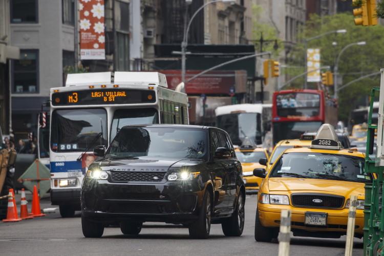 4x4Schweiz-Fahrbericht: Der Range Rover Sport SVR ist der stärkste und schnellste Land Rover aller Zeiten. 550 PS, 680 Nm stark und 260 km/h schnell. Watttiefe und Böschungswinkel sind unverändert, prahlen die Ingenieure: Auch als Sportler bleibe ein Land Rover schliesslich zu allererst einmal en Geländewagen. Range Rover Sport SVR in NYC