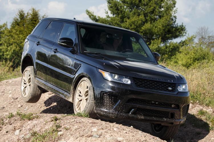 4x4Schweiz-Fahrbericht: Der Range Rover Sport SVR ist der stärkste und schnellste Land Rover aller Zeiten. 550 PS, 680 Nm stark und 260 km/h schnell. Watttiefe und Böschungswinkel sind unverändert, prahlen die Ingenieure: Auch als Sportler bleibe ein Land Rover schliesslich zu allererst einmal en Geländewagen.  Range Rover Sport SVR im Gelände