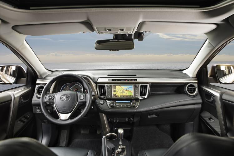 4x4Schweiz-Fahrbericht: Toyota RAV4 2015, Das Cockpit ist nüchtern und aufgeräumt