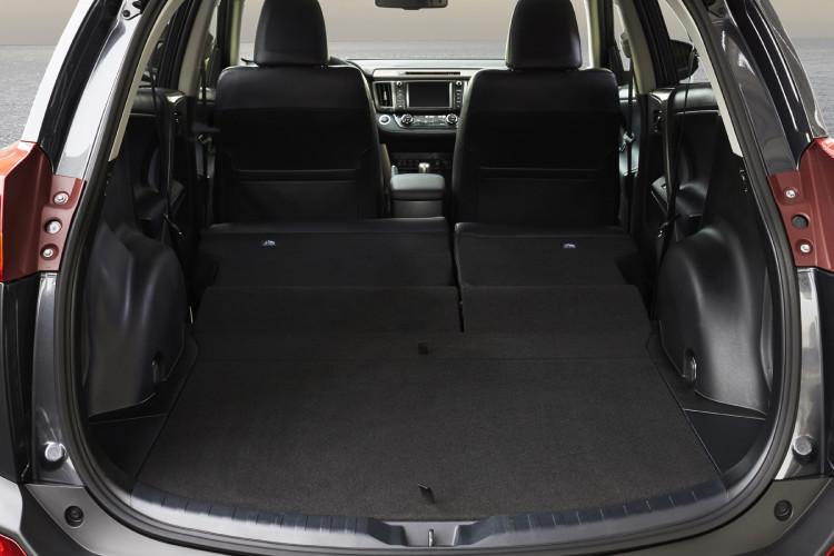 4x4Schweiz-Fahrbericht: Toyota RAV4 2015, Auch im Kofferraum ist Platz satt vorhanden