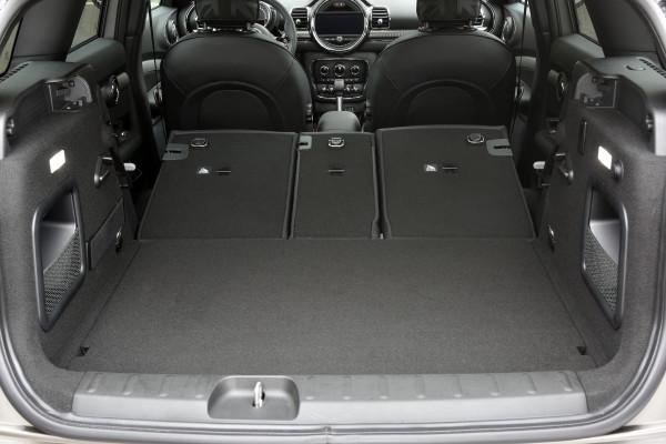 4x4Schweiz-Fahrbericht: der neue Mini Clubman All4 mit Allradantrieb, Trotz Allradantrieb bleibt der Mini Clubman variabel und geräumig. Der 360 Liter grosse Laderaum lässt sich durch Umlegen der Rückbank (40:20:40) auf bis zu 1'250 Liter erweitern.