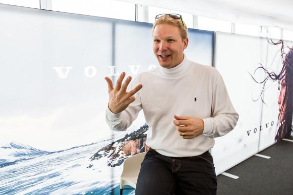 Dennis Nobelius, Managing Director Volvo Car Switzerland zeigt, was wir schon lange sagen: 4 gewinnt.
