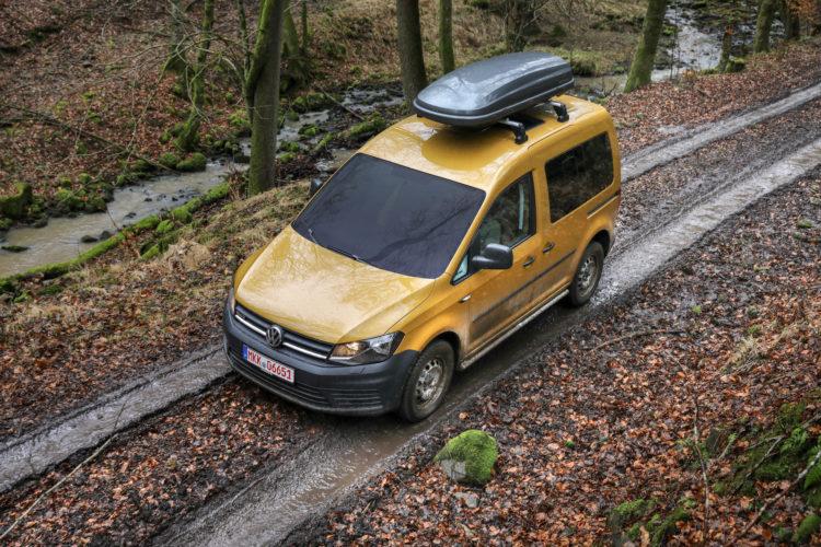 4x4Schweiz-Test: VW Caddy 4Motion Offroad auf Waldweg mit Dachbox