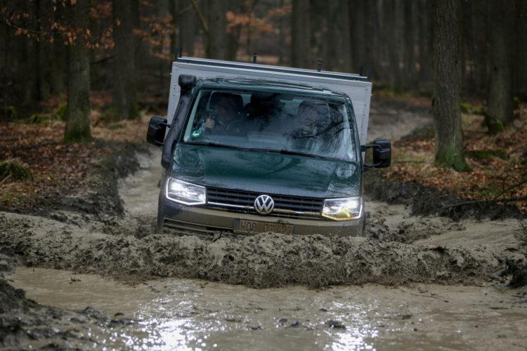 4x4Schweiz-Test: VW T6 4Motion Offroad mit Pritsche durchs Wasser