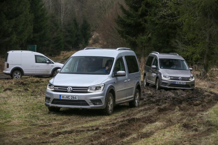 VW Caddy Alltrack fährt durch aufgewühlte Wiese
