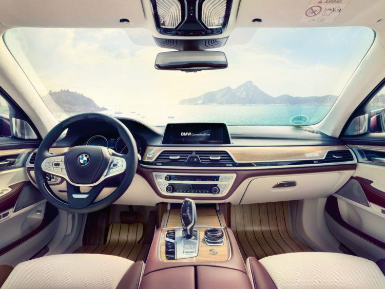 Nautor's Swan hat einen BMW M760Li xDrive V12 individualisiert: Cockpit mit Eiche