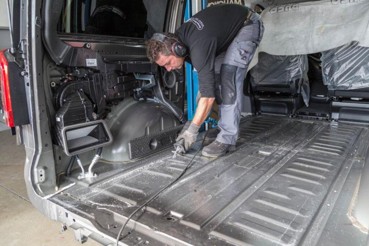 Kirchhoff Mobility AG: Ausschneiden Boden Mercedes-Benz V-Klasse
