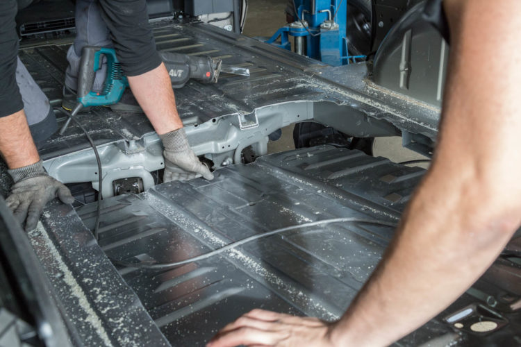 Kirchhoff Mobility AG: Boden heraustrennen Mercedes-Benz V-Klasse