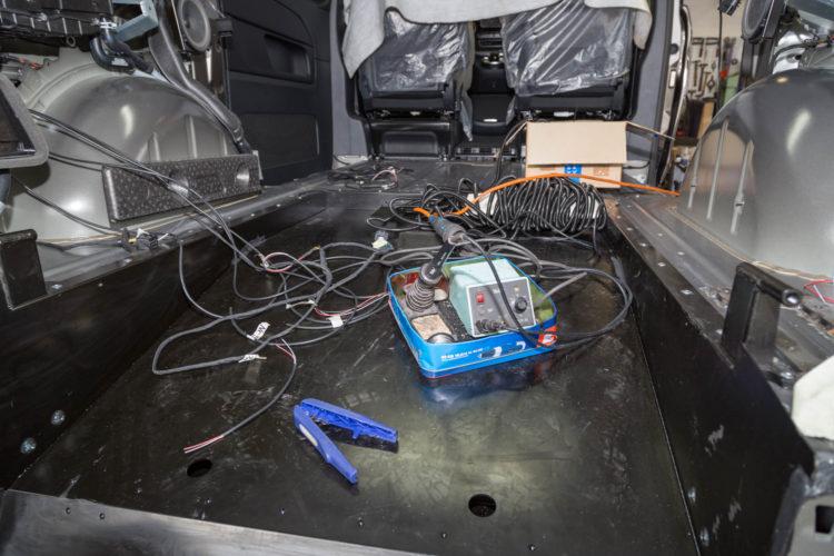 Kirchhoff Mobility AG: Lötkolben und Kabel in der Mercedes-Benz V-Klasse