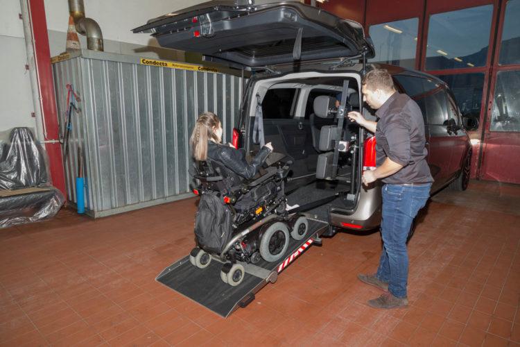 Kirchhoff Mobility AG: Rollstuhl fährt in die Mercedes-Benz V-Klasse