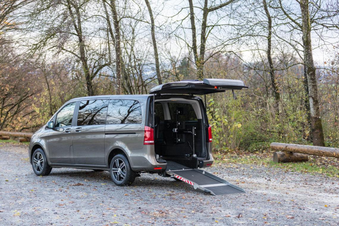 Kirchhoff Mobility AG: Mercedes-Benz V-Klasse Heckklappe offen Rollstuhlrampe unten seitlich