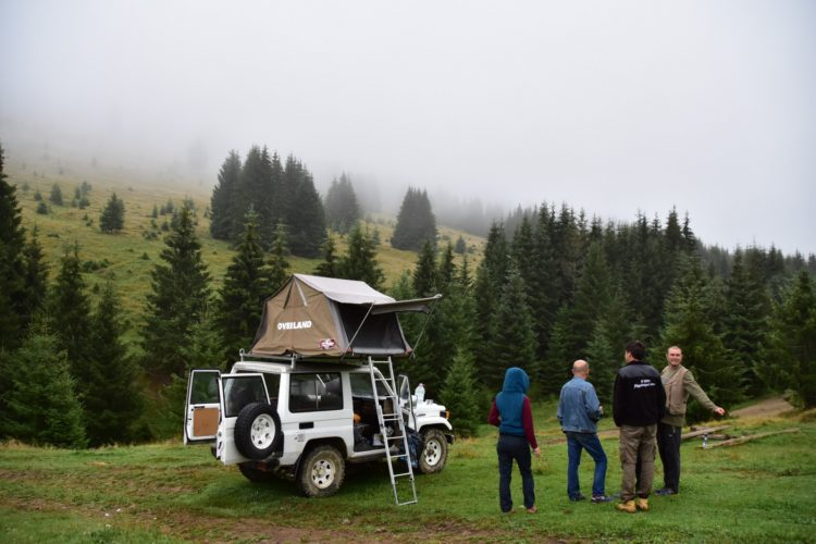 Offroad in den Ostkarpaten, Siebenbürgen, Rumänien: Toyota Landcruiser BJ70 mit Dachzelt