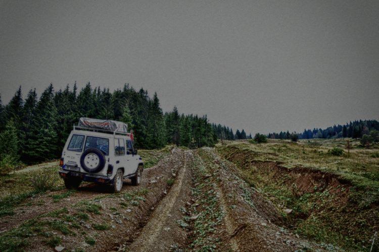 Offroad in den Ostkarpaten, Siebenbürgen, Rumänien: mit dem Toyota Landcruiser BJ70 offroad auf der Piste