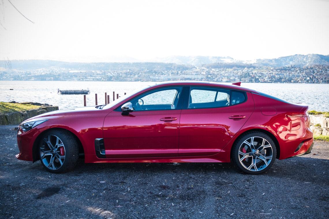 Kia Stinger GT im Profil, rot metallic