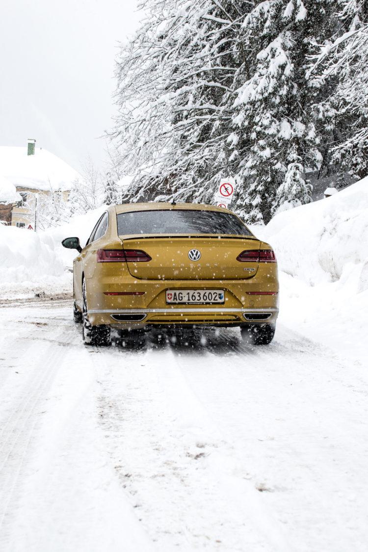 VW Arteon 4Motion fährt auf Schnee bedeckter Strasse